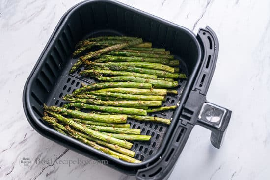 Cooked and tender asparagus in the air fryer