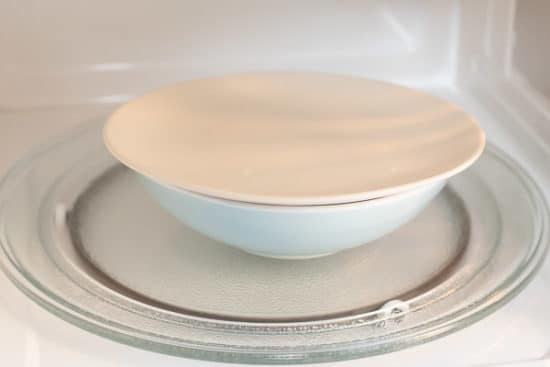 Bowl with a lid in the microwave