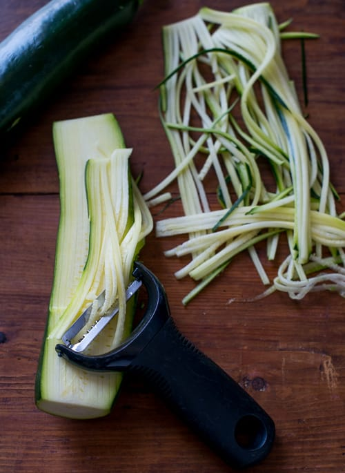 Zucchini Noodle spiralizer tool to make zoodles | @bestrecipebox